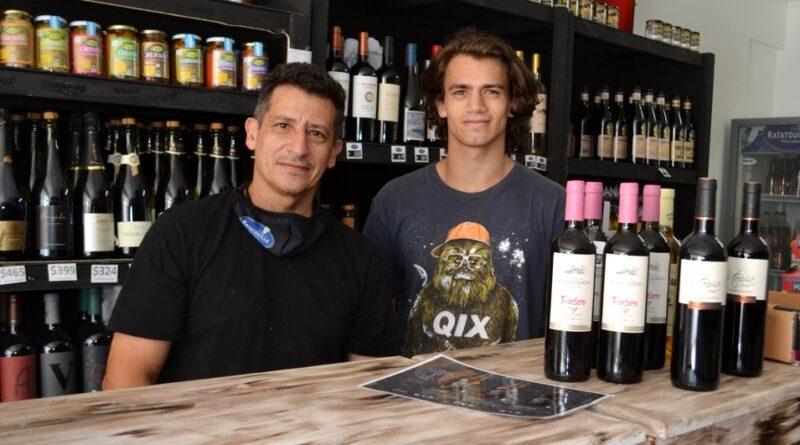 Gustavo Pascutti y su hijo Nicolás en el local de Uruguay 96